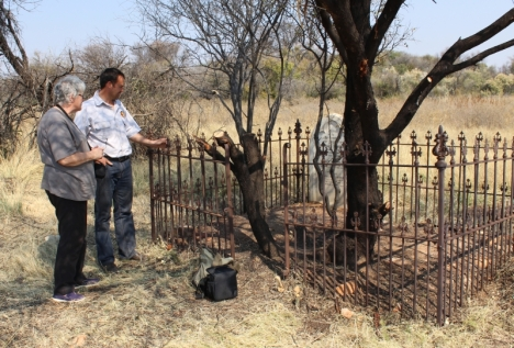 Ikey van Wyk showing us the grave of Sarah Whitaker Falkenberg on Matopi Farm, near Jan Kempdorp
